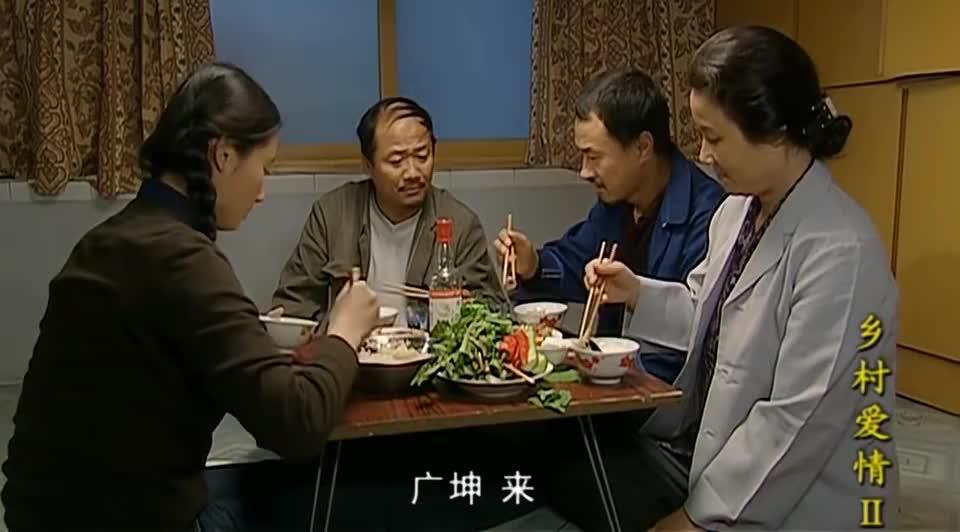 七哥请广坤吃饭,两人干一杯白酒吃点下酒菜,广坤落泪了