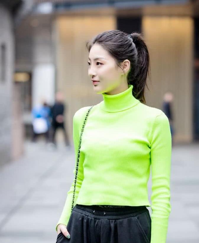 街拍:小姐姐淡绿色高领毛衣搭黑色裤子,优雅气质