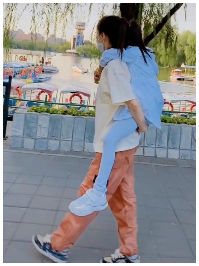 李小璐背甜馨逛公园,女儿一双大长腿瞩目,身高已快追上妈妈?
