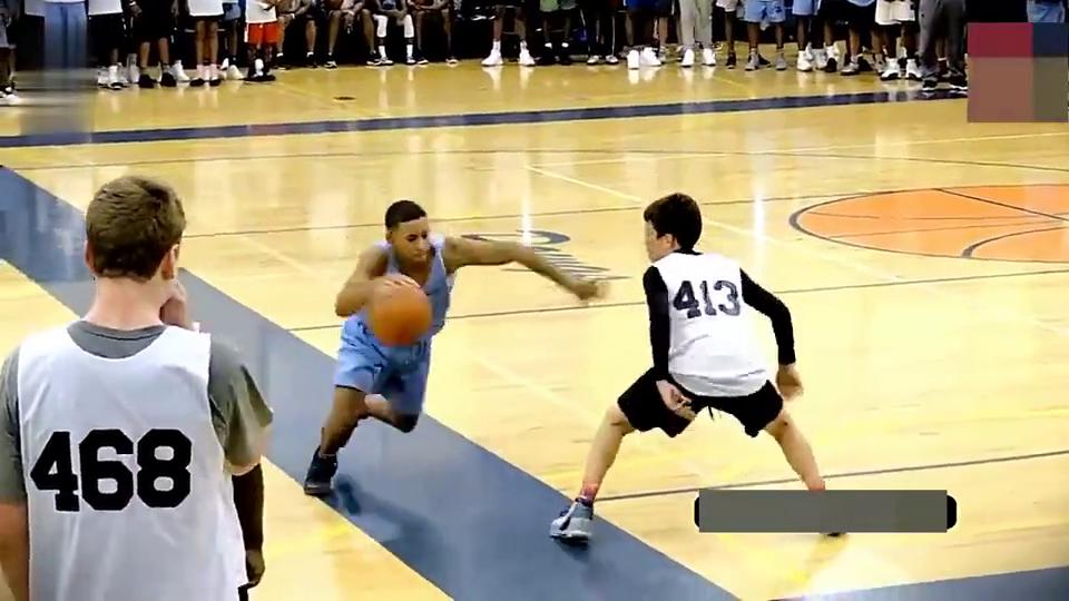 美国初中生打篮球疯狂挑衅对手,想打他又打不赢