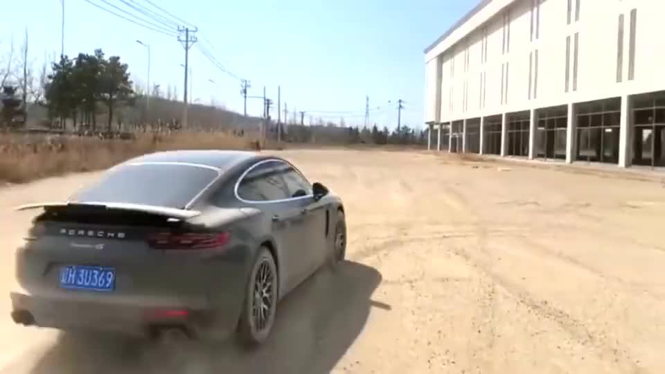 朋友开自己的豪车去土路上玩漂移扬起了许多的尘土糟蹋