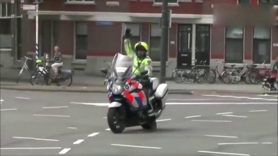 塞尔维亚警察开道护送中国医疗队,满满的正能量