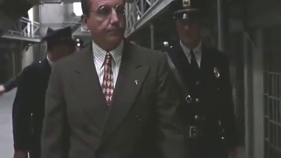 狱警突袭查房,没想到竟是给肖申克传递消息,这招真好用!