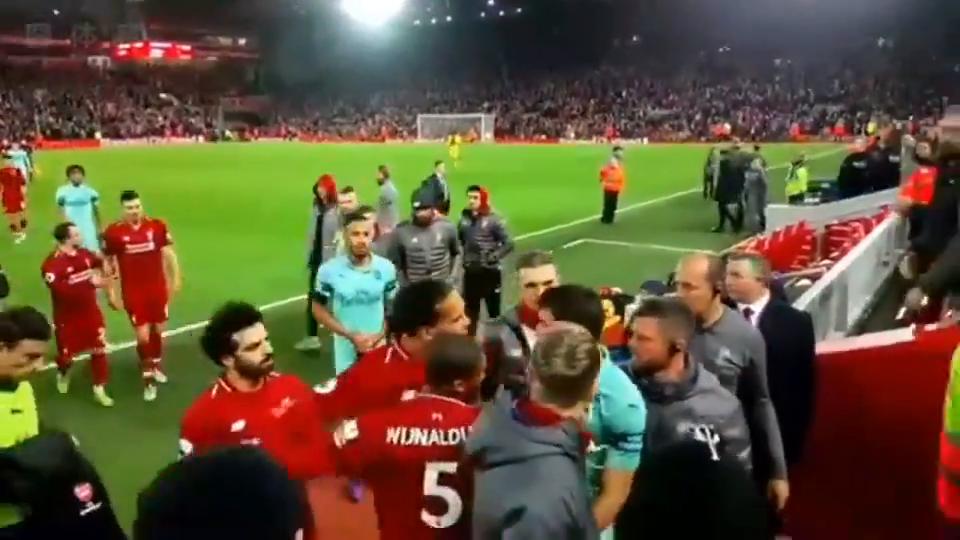 气势十足利物浦球迷手机实拍范迪克为萨拉赫出头网友霸气!