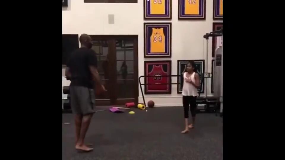 科比退役后,在家中专心训练女儿
