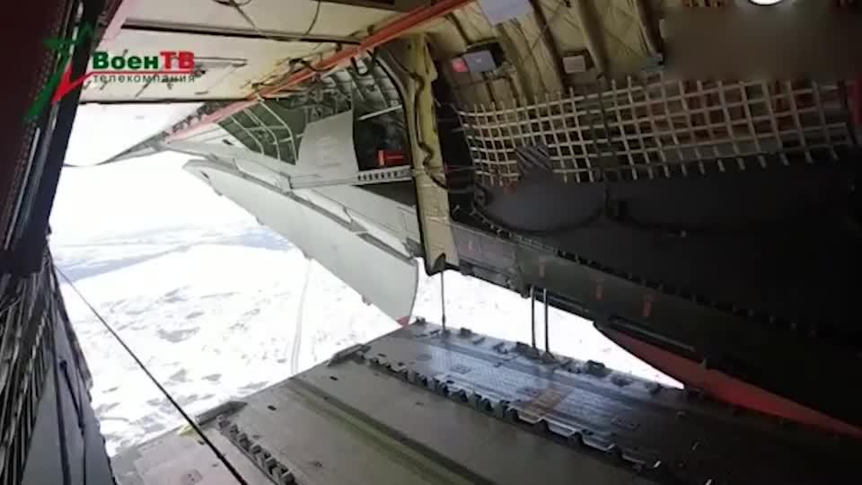 俄罗斯红场阅兵在即,伊尔-76运输机空投军用卡车!