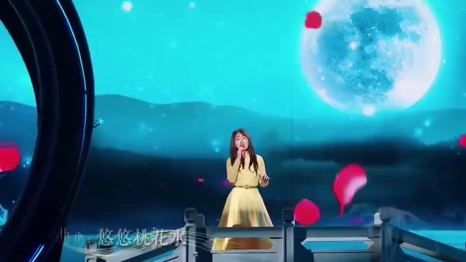 人美歌甜,杨钰莹演唱《风含情水含笑》,呈现的舞台宛如仙境