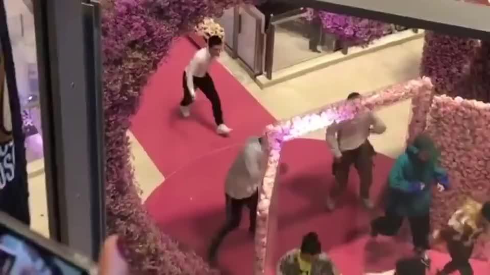 何猷君给奚梦瑶求婚跳舞很快乐,如今父亲何鸿燊去世,他也很心痛