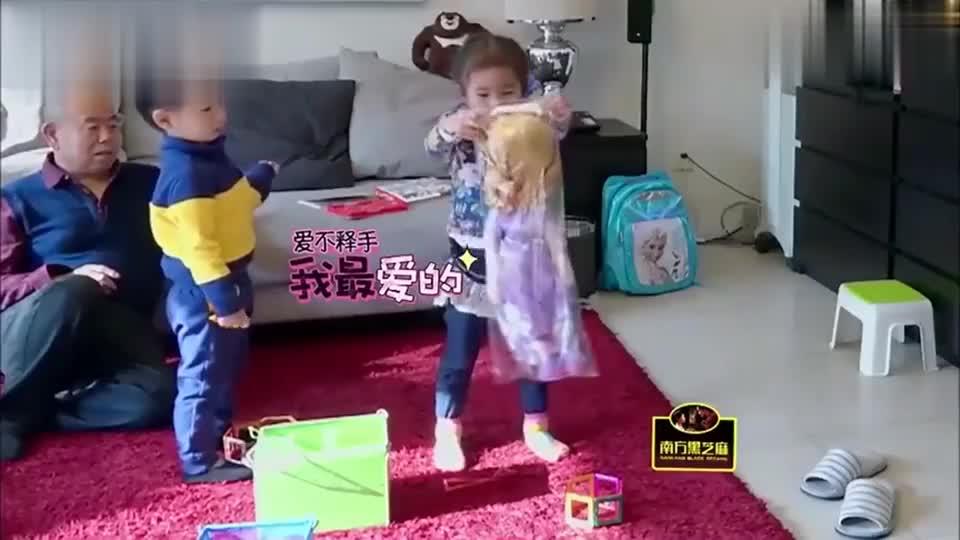 妈妈奖励娃娃给小豌豆,小石头可吃醋了,竟把娃娃没收了