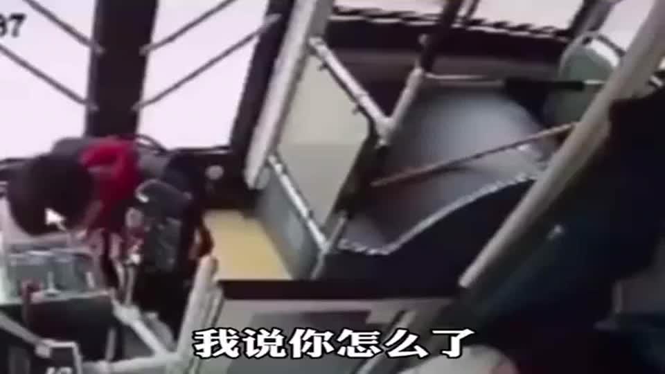 坐公交车时错投了20元,司机的做法,小男孩给他鞠了一躬