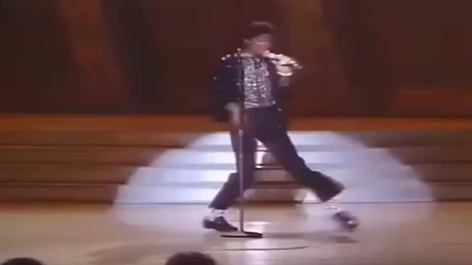 """1983年5月16日,""""太空漫步""""横空出世,迈克尔杰克逊惊艳了世界"""