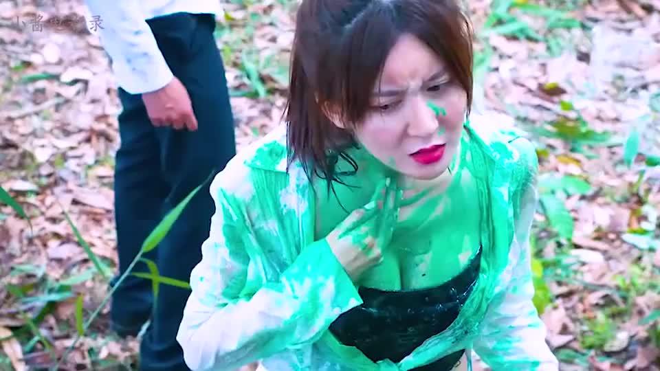 美女被神秘绿色黏液沾身上,赶忙跑去河边清洗