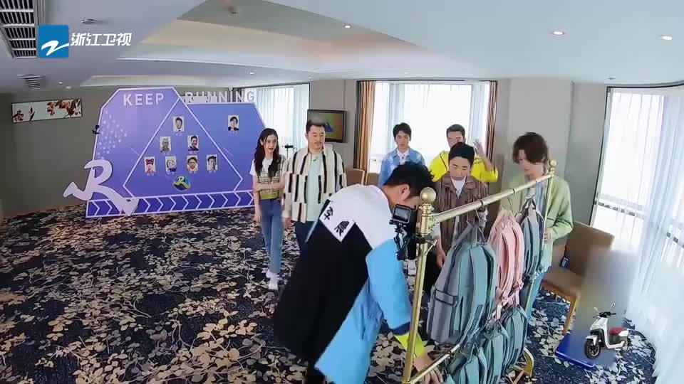 奔跑吧:杨迪要忽悠蔡徐坤跳皮影戏,这灵活的小身板太搞笑了
