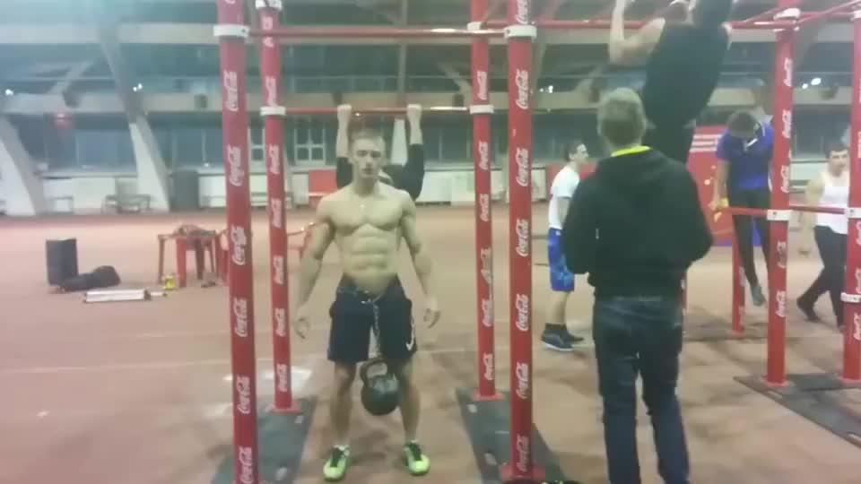 这绝对是健身大神!负重32公斤,做21个引体向上