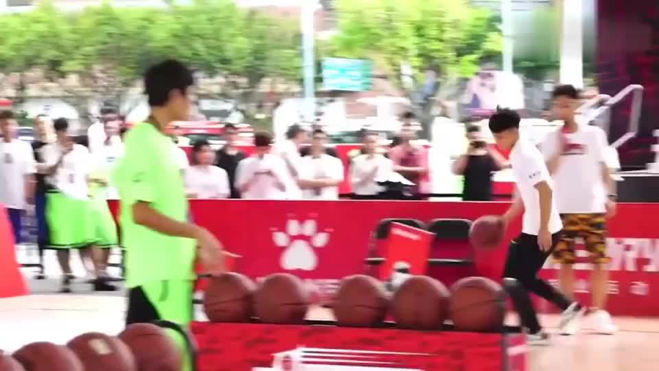 徐杰身穿板鞋演示技巧挑战赛,主动分享自己的心得体会!