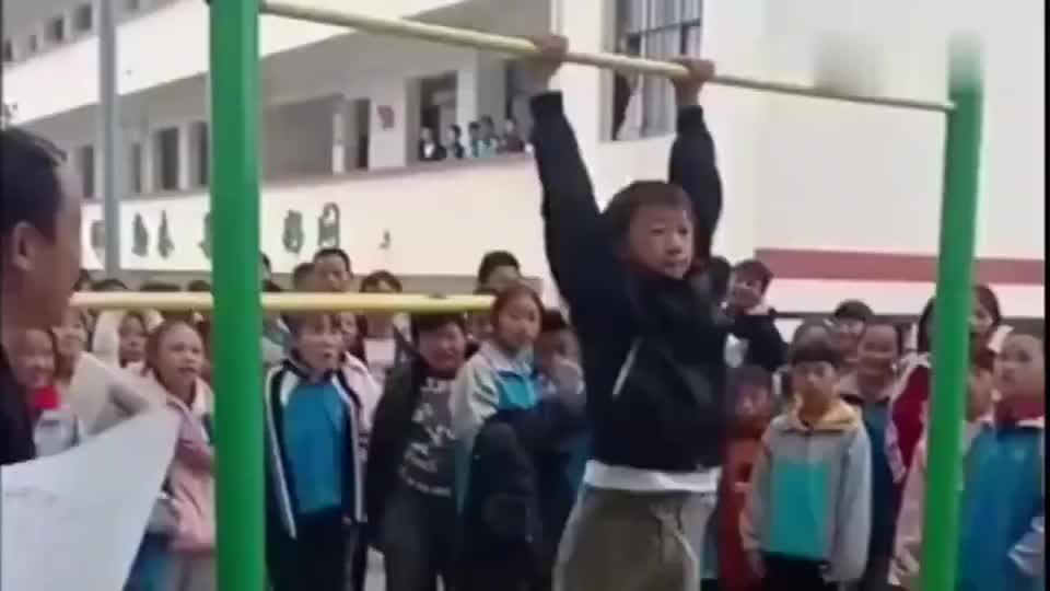 这就是我们中国的小学生身体素质,引体向上16个耗时不到一分钟!
