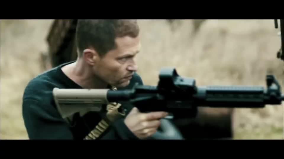枪手一个人对十几人,各种武器轮番使用,精彩