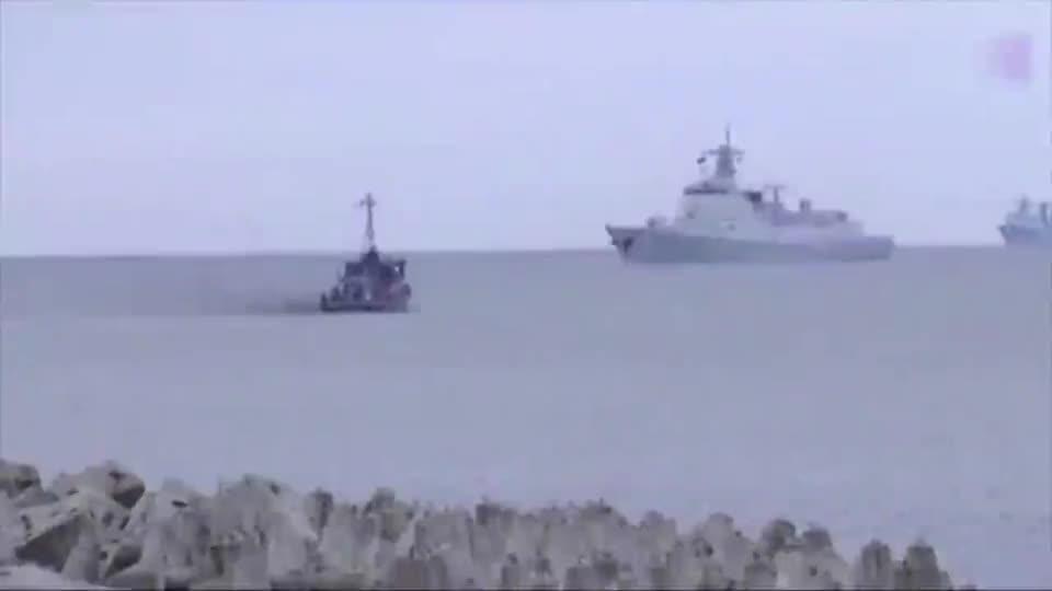 来瞅瞅俄罗斯人镜头里的052D舰,显而易见的帅气