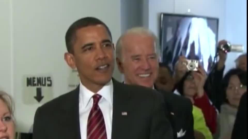奥巴马和拜登又偷偷出来买汉堡了,还点了份炸鸡,挺会吃呀!