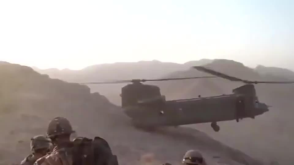 实拍美军支奴干直升机悬崖边悬停,飞行员真6!