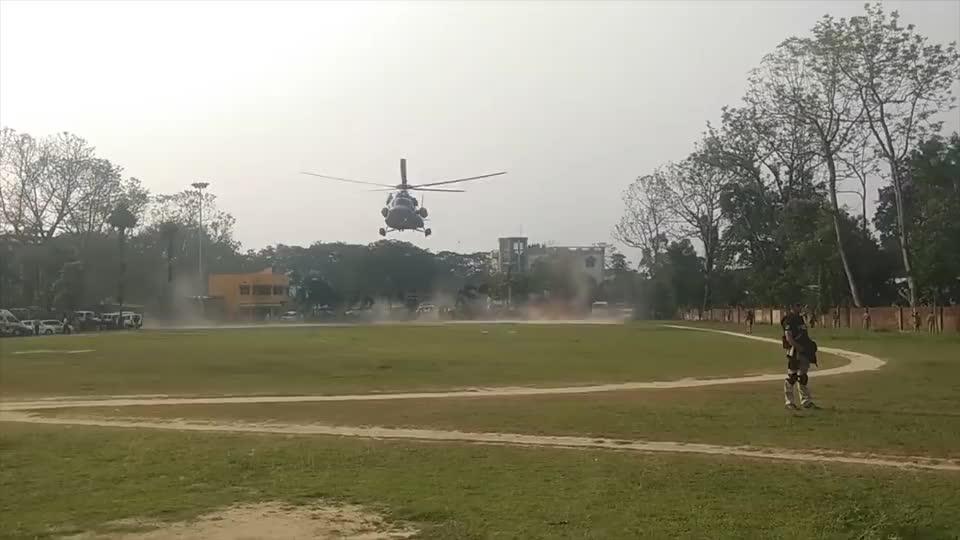实拍莫迪总理的直升机降落,落下来的时候,卷起震震黄土!