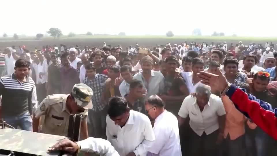 印度上百村民围在稻田,将镜头拉近一看,好一个大家伙!