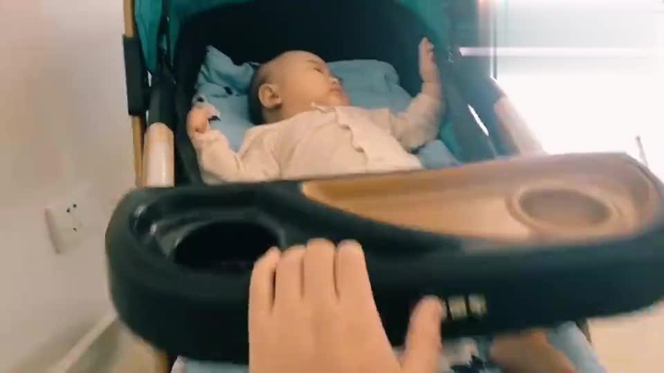 奶爸哄宝宝睡觉,晃着晃着宝宝就睡着了,爸爸一天轻松带娃