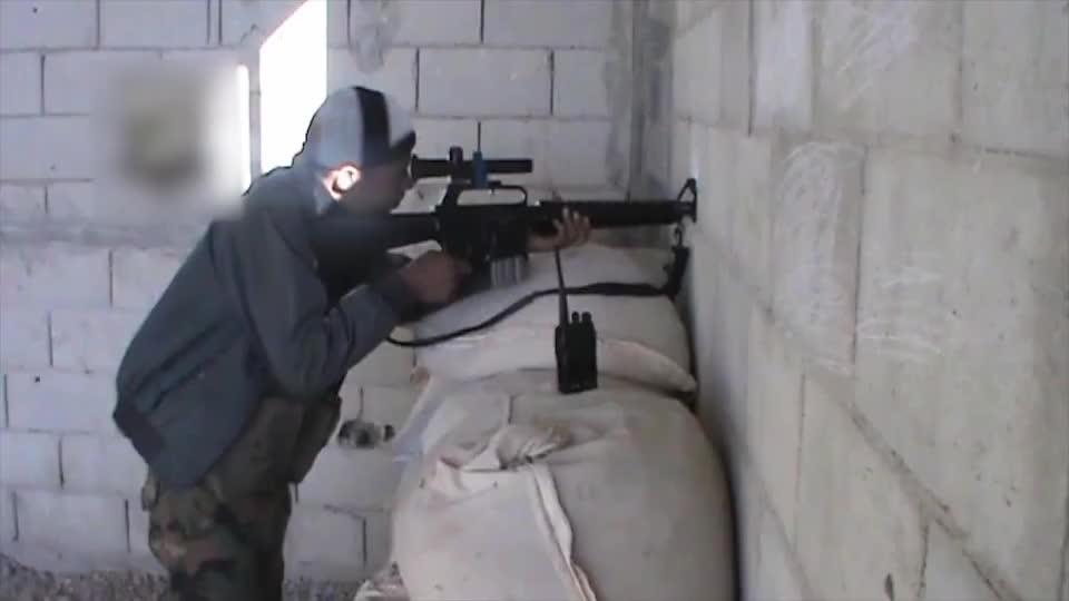 叙利亚狙击手旁边都会有个对讲机,一有情况,就有人跟他汇报!