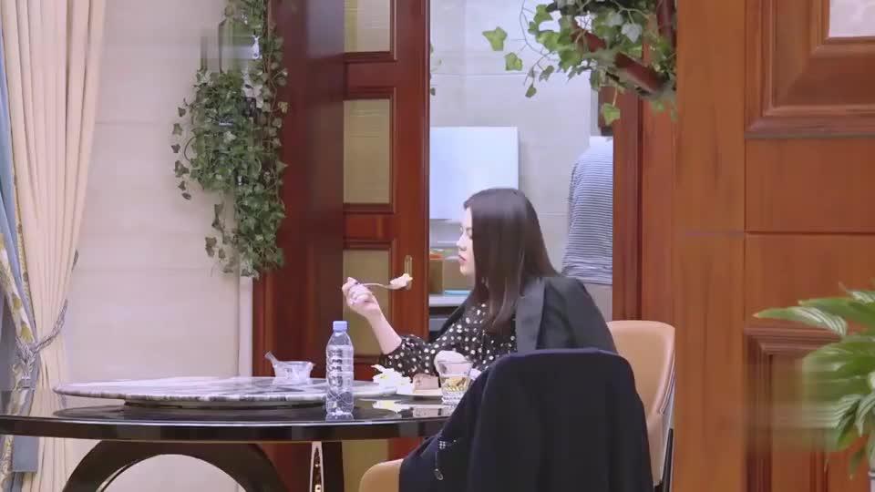 李湘为什么会这么胖?看她吃蛋糕,你也许就明白了