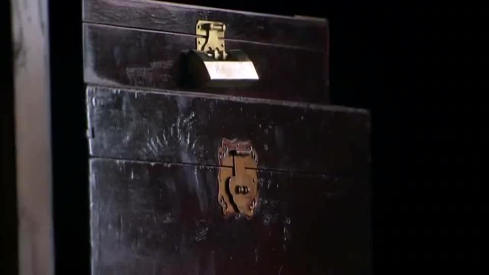 姑娘回房间拿出箱子,从里面拿出生死簿来,却不知道被男子看到了
