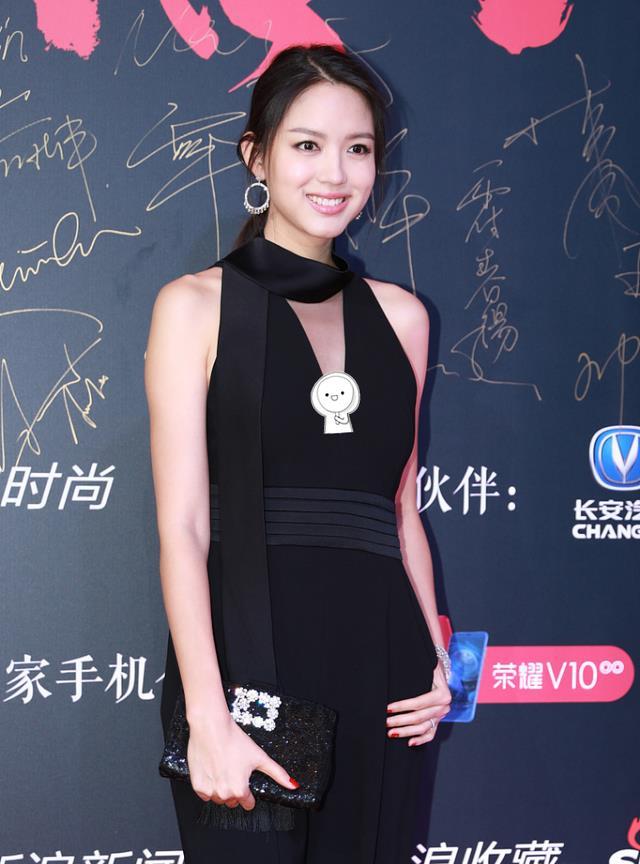 张梓琳女人味浓烈,穿黑色V领连体裤秀身材,尽显成熟撩人魅力