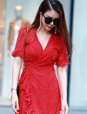 路人街拍,小姐姐穿了一件红色连衣裙,肌肤如凝脂般白皙