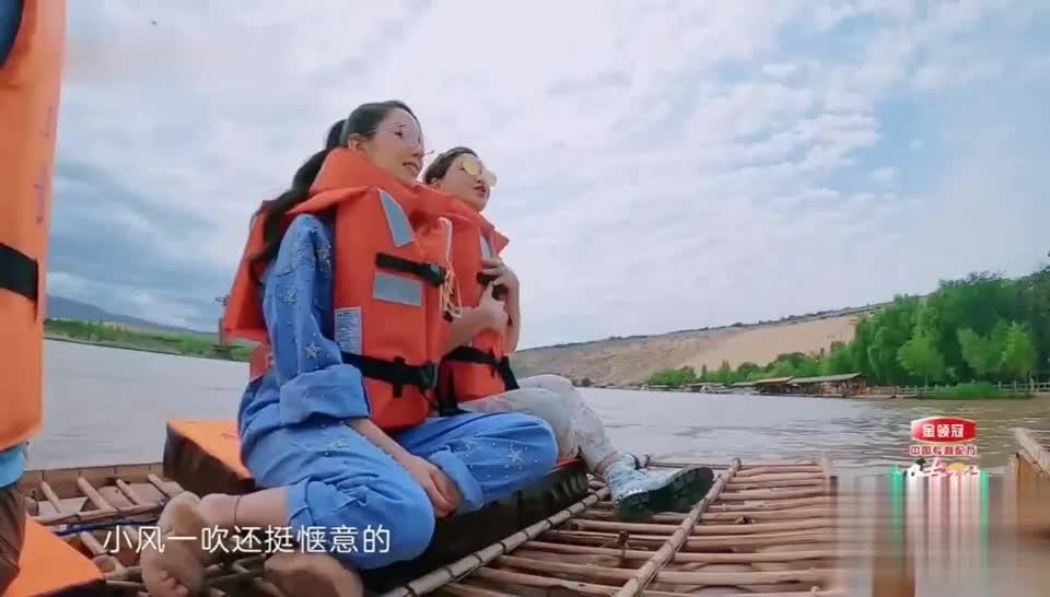 张歆艺躺在黄河上睡觉,像躺在母亲的怀抱,谢娜不忘给女儿拍视频