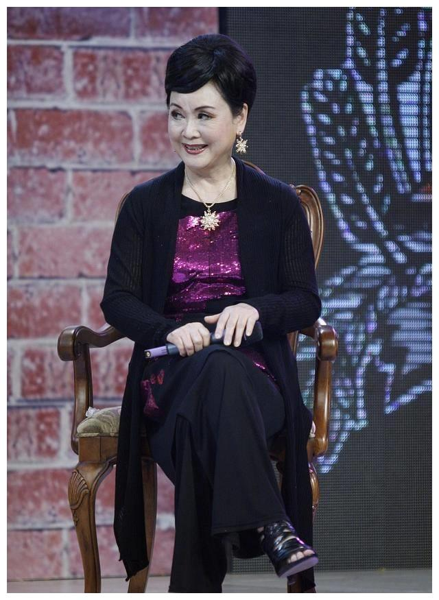 76岁李谷一好气质,紫色亮片装配开衫优雅端庄,一脸福相真富态