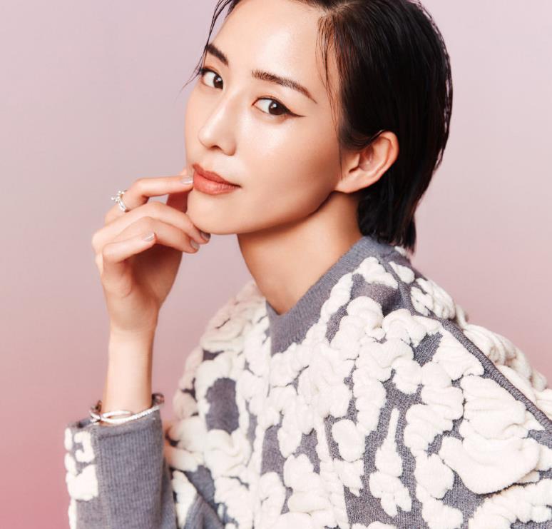 张钧甯的短发和婚纱还挺配的,洁白的样子,却也带着英气感