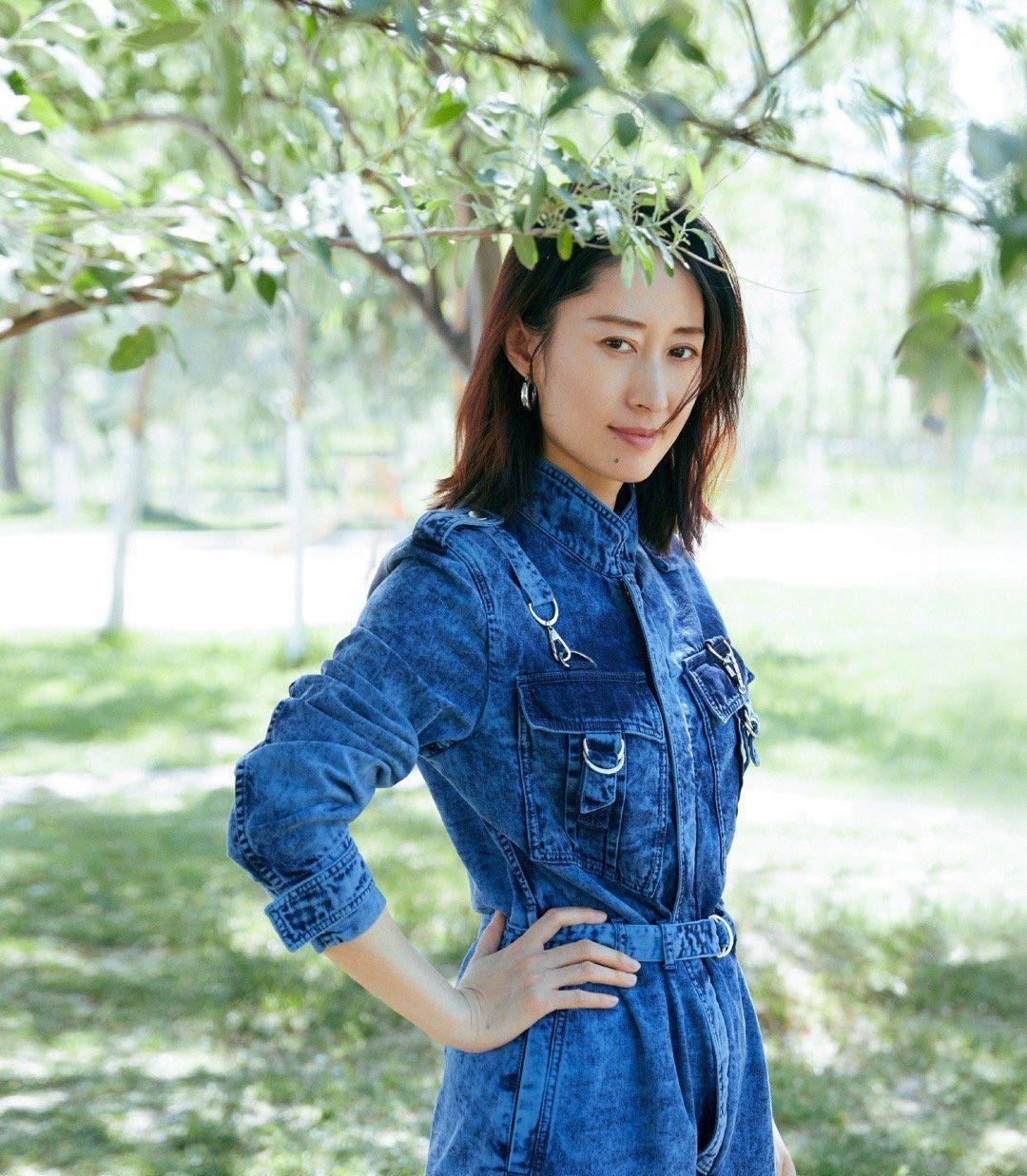 刘敏涛最新写真,一身牛仔连身裤搭配运动鞋,干练舒适