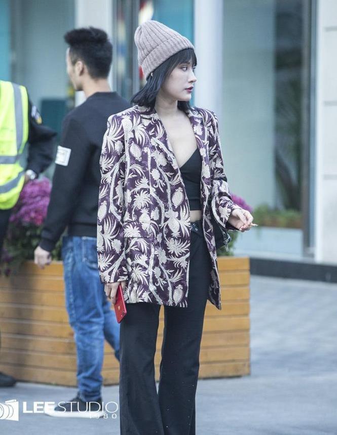 街拍:小姐姐的衣品是真的好,一般人可穿不来这花外套!