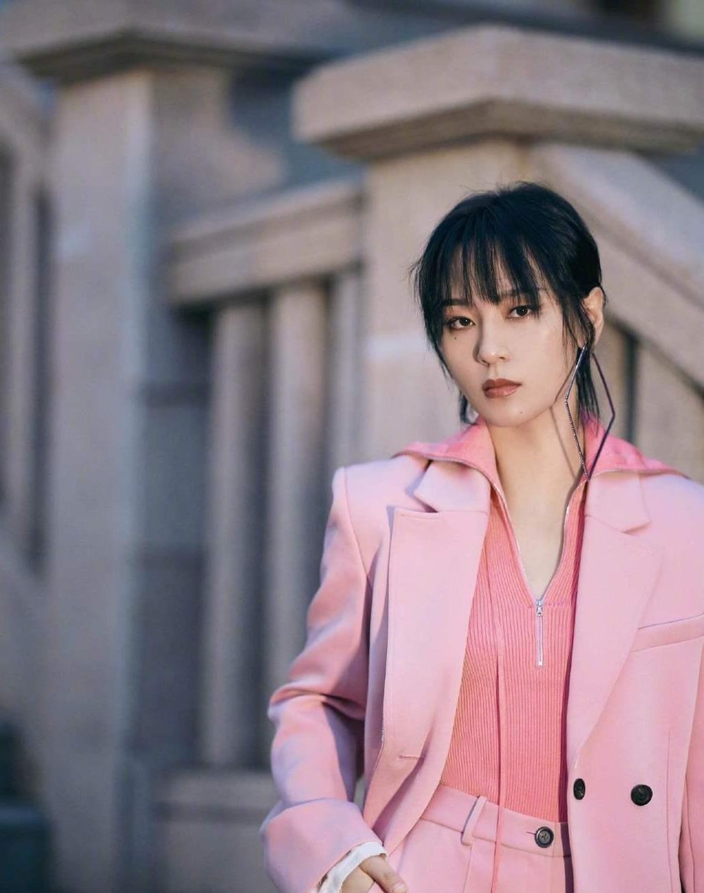 帅帅娘娘的周笔畅真美,身穿粉色樱花西服套装太惊艳,人美歌甜
