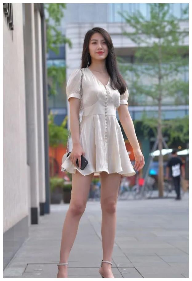 伊人时尚穿搭:百褶裙摆的连衣裙搭配V领设计,减龄又不失优雅