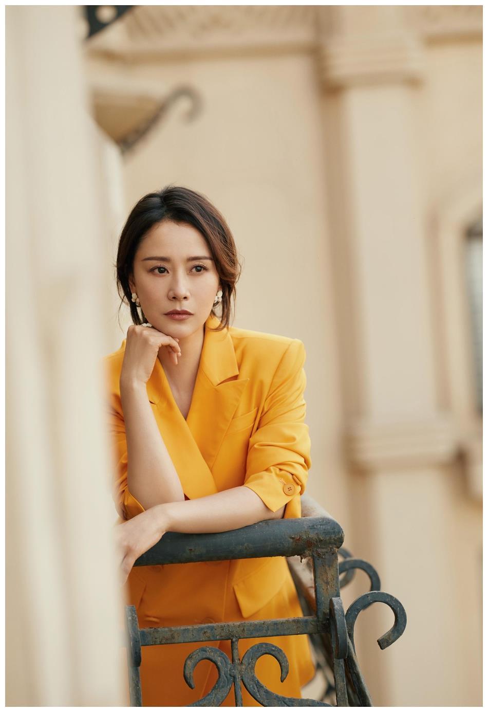 海清身着鹅黄色西服套装  明艳动人