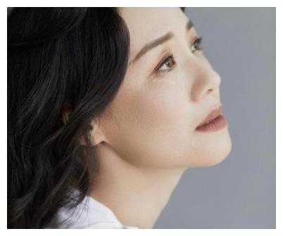 她是徐静蕾贾静雯的大学同学,因长相不温不火,如今人气十足