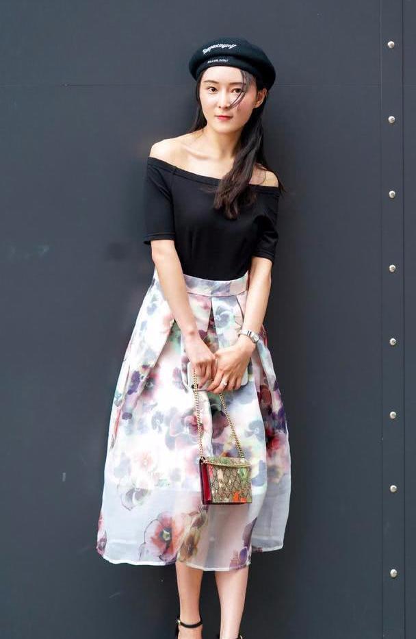 印花半身裙搭配一字带细跟凉鞋,再用贝雷帽做装饰,穿出气质美