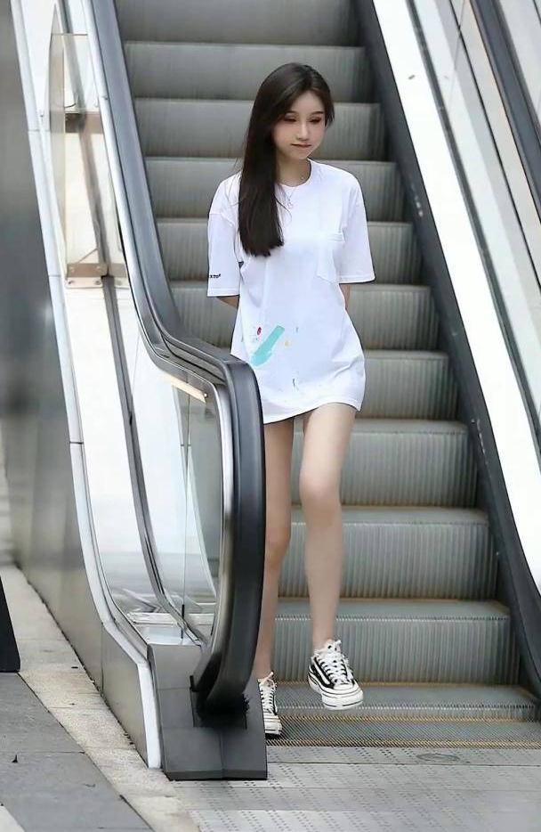 清纯小姐姐的简单穿搭,白T恤+短裤,清爽有活力