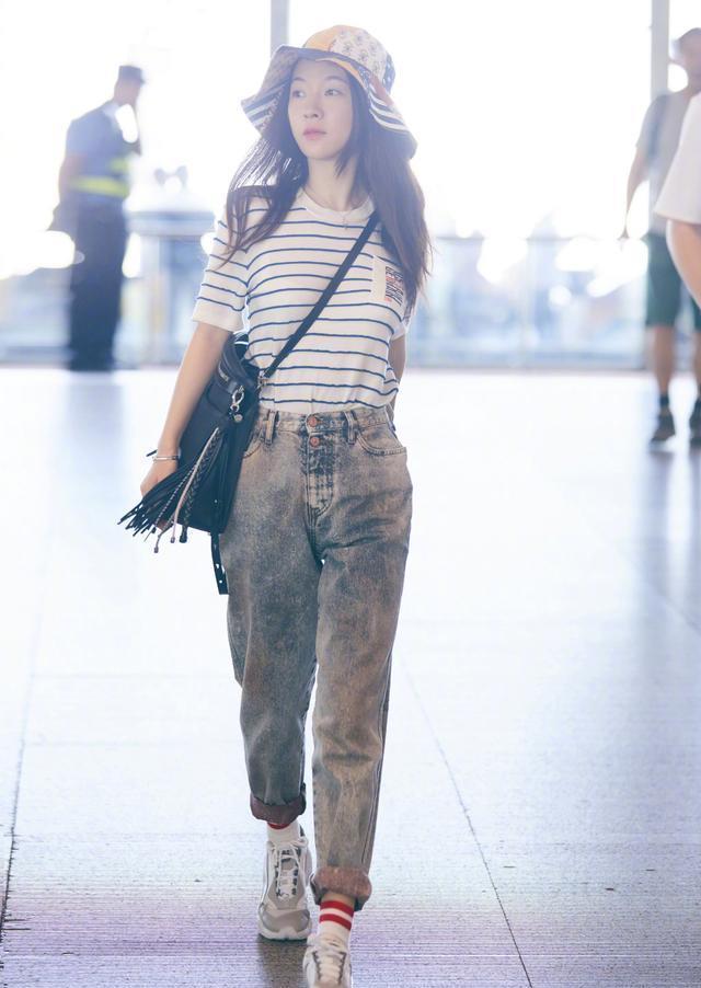 霍思燕海魂衫牛仔裤现身机场,休闲穿搭简约易学,辣妈也时尚