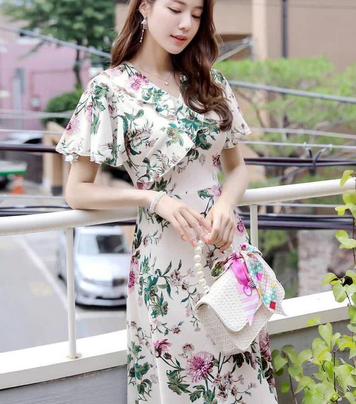 绿色花朵荷叶边喇叭袖连衣裙,紧身的设计更能凸显腰部线条