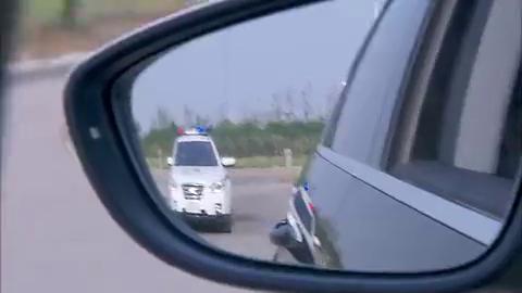 白天被警察查车,结果一报岳父名号,警察立马敬礼!