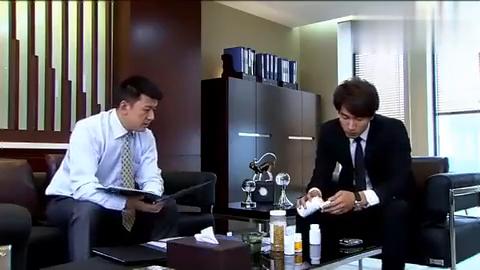 """总裁吃""""药丸"""",助理原本想关心一下,总裁反问你想吃吗"""