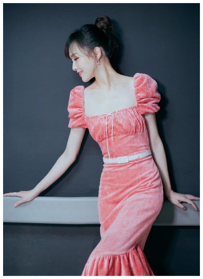 唐嫣的裙子就是花样贼多,集齐了各种领口,能看得你目瞪口呆!