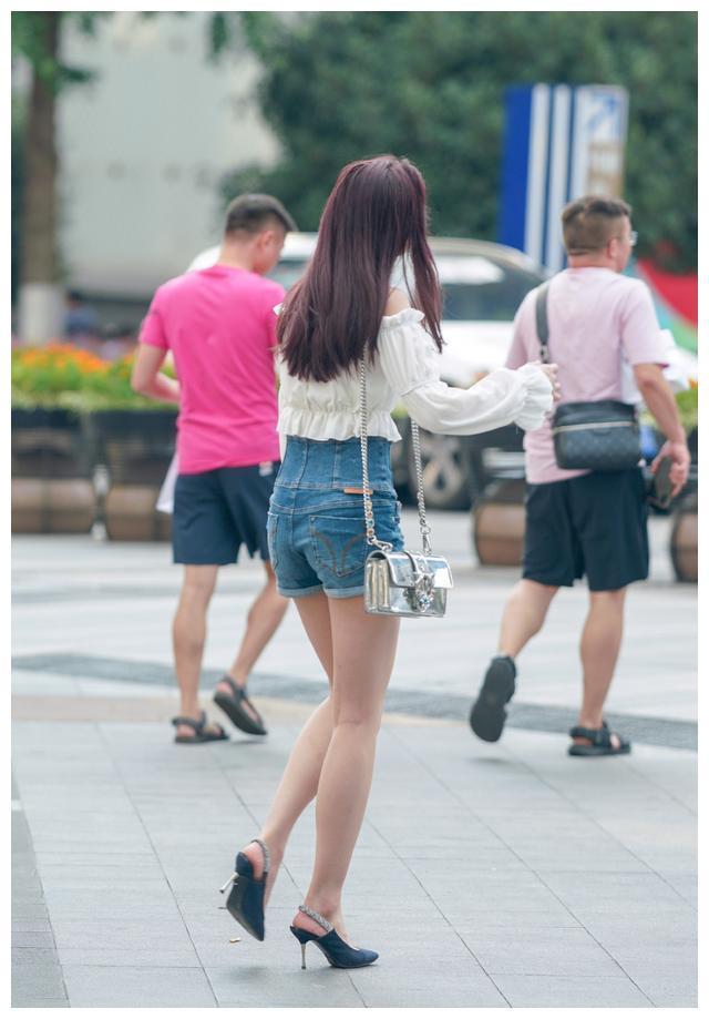 荷叶边一字领白色长袖,凸显出肩部的线条,彰显成熟女性的韵味