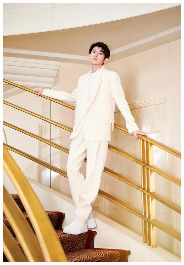 王源身着奶油色西装出席活动,直言自己最近灵感不断,脸又吃圆了